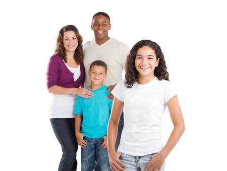 familia abrazo: ni�a adolescente feliz con familia en segundo plano