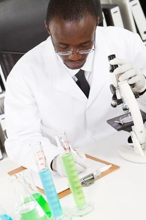american african: studente africano americano di chimica