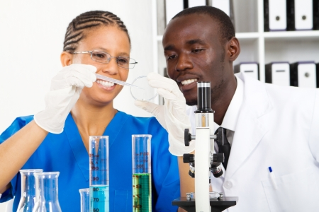 bata de laboratorio: dos cient�ficos haciendo trabajo en laboratorio Foto de archivo