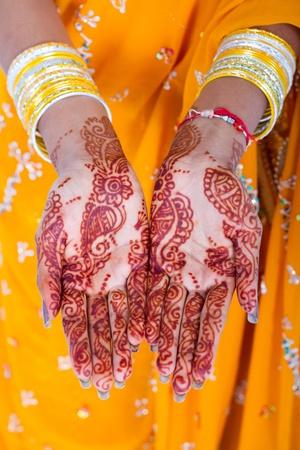 Indiase henna tattoo op handen Stockfoto - 9119233