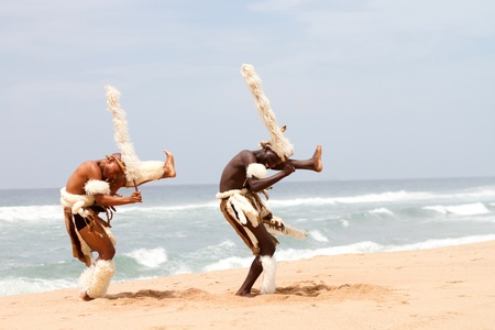 tribu: bailarines zulús en playa