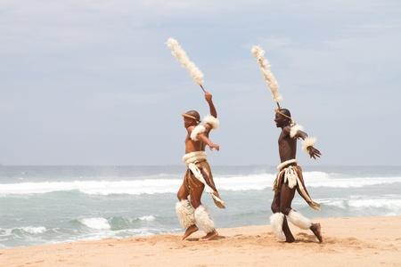 bailarines africanos en playa