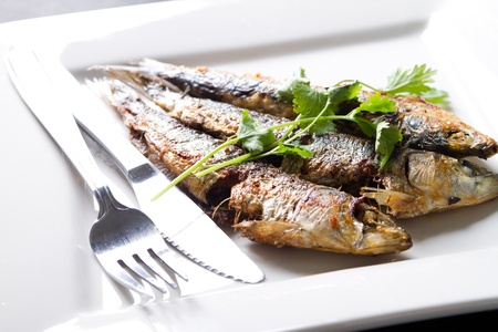 sardinas: Sardinas cocidos con guarnici�n en placa