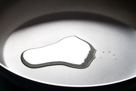 antiaderente: olio in una padella antiaderente da cucina