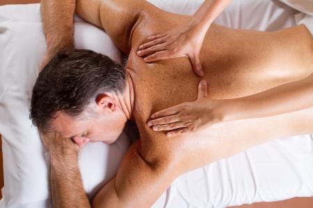 masaje: hombre de avanzada edad media con masaje de espalda