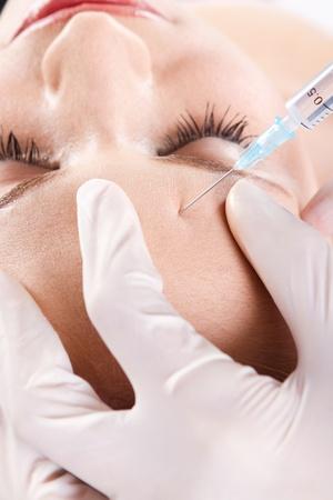 zastrzyk: Doktor dajÄ…ce botox na czole kobiety