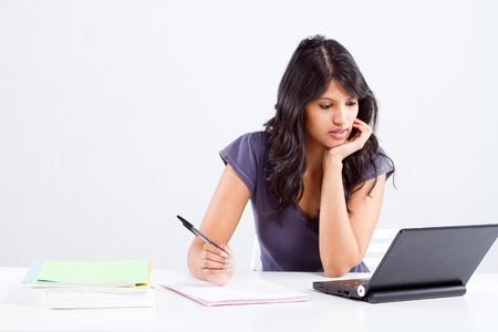 fille indienne: jeune �tudiante de l'universit� � �tudier en classe Banque d'images