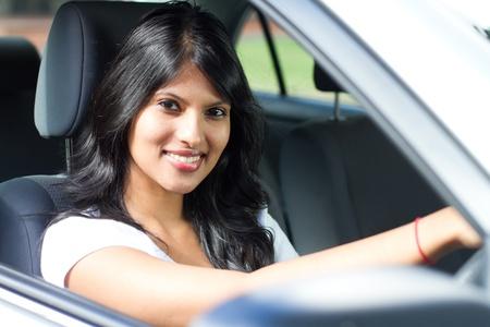 fille indienne: jeune femme latine de conduire une voiture