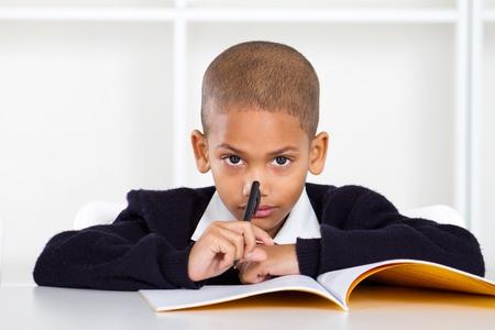 ni�os pensando: estudiante de primaria reflexivo Foto de archivo