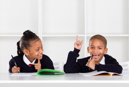 ni�os negros: ni�os de primaria lindo en aula
