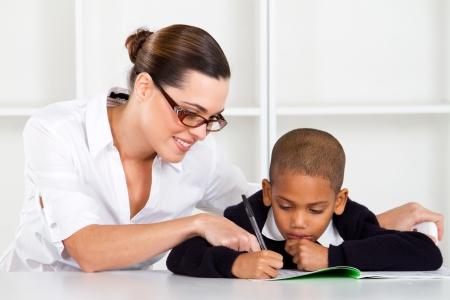 sachant lire et �crire: entraide enseignante �l�mentaire aidant �colier