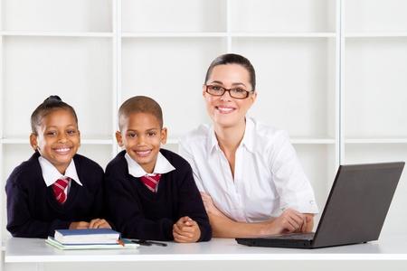 uniform school: profesores de primaria y estudiantes de retrato