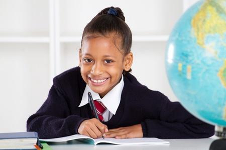 ni�os en la escuela: ni�a feliz en el aula de la escuela primaria Foto de archivo
