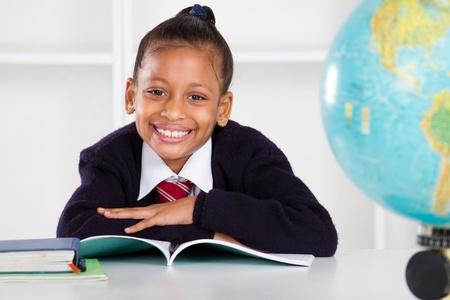 uniform school: ni�a feliz en el aula de la escuela primaria Foto de archivo