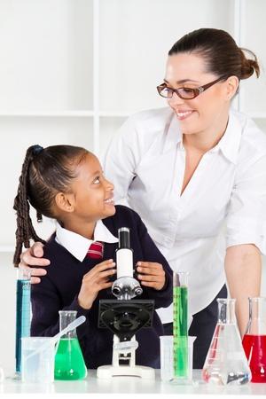 amigas conversando: profesor amistoso hablar con estudiantes de primaria en clase de ciencias