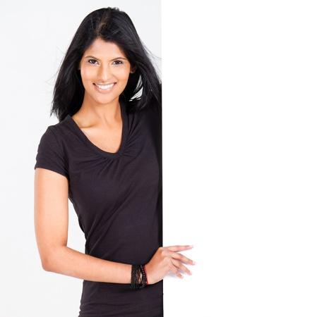 attrayant jeune femme latine présentant le tableau blanc Banque d'images
