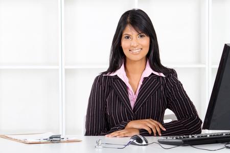 gerente: hermosa joven empresaria India en Oficina Foto de archivo