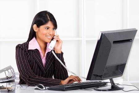 secretaria: joven empresaria India que trabaja en la Oficina