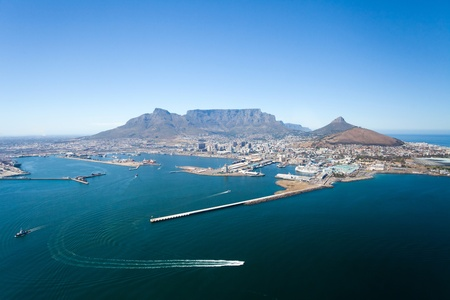 Luftaufnahme von Kapstadt und den Tafelberg, Südafrika Standard-Bild