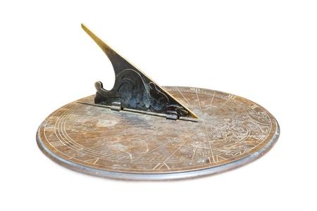 reloj de sol: reloj de sol de cobre viejo aisladas sobre fondo blanco