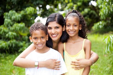 mujer hijos: feliz madre latina y al aire libre para niños