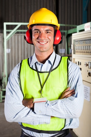seguridad e higiene: trabajador de la fábrica moderna masculina con equipos de protección personal