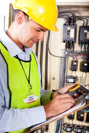 safety check: grabaci�n de t�cnico industrial temperatura de la m�quina de pruebas resultan Foto de archivo