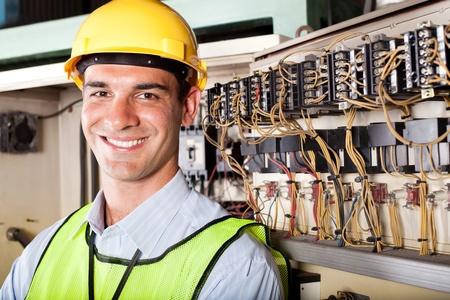 ingenieur electricien: portrait de m�le caucasien technicien industrielle