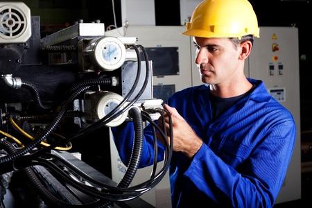 siderurgia: operador de máquina industrial moderna trabajar en la máquina