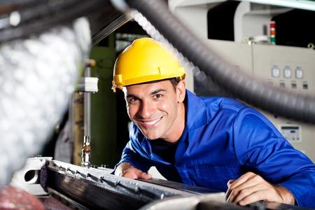fabrikarbeiter: gl�cklich modernen blue collar Arbeiter in der Fabrik