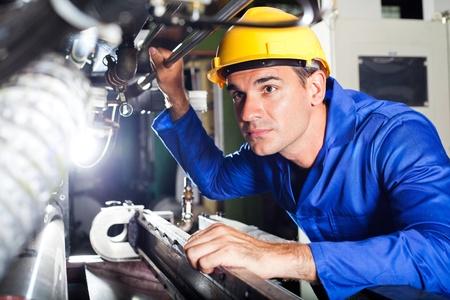 hard worker: operatore di macchina moderna di lavoro in fabbrica
