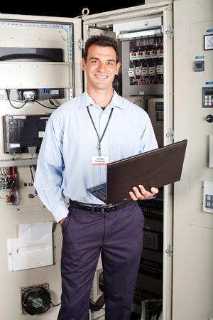 electricista: Retrato de un t�cnico de la f�brica moderna en frente de la m�quina