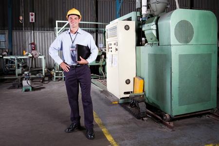 ingenieria el�ctrica: retrato de cuerpo entero de un gerente de la f�brica