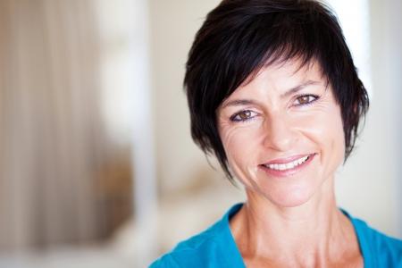 mujer sola: closeup retrato de la elegante retrato de mujer de edad media