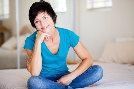 mujer sola: atractiva mujer de mediana edad descansando en su casa Foto de archivo