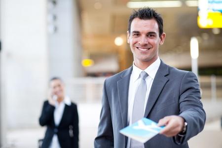 persona viajando: empresario de la entrega de billete de avi�n en el aeropuerto de verificaci�n en el mostrador,