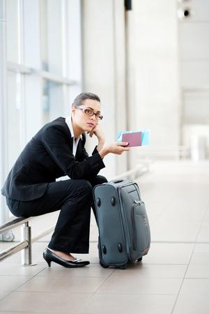 gente aeropuerto: joven empresaria esperando en el aeropuerto