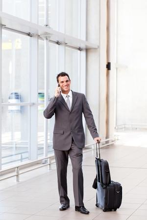 talking businessman: hombre de negocios hablando por tel�fono m�vil en el aeropuerto Foto de archivo