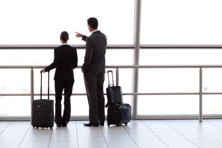 gente aeropuerto: silueta de dos hombres de negocios en el aeropuerto