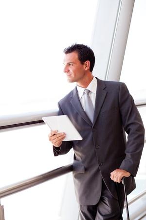 viajero: Hombre de negocios usando Tablet PC en el aeropuerto Foto de archivo