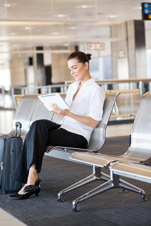 viajero: joven empresaria con Tablet PC en el aeropuerto
