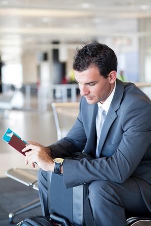 jonge zakenman te wachten op zijn vlucht in de luchthaven Stockfoto