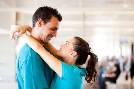 abschied: liebevolle junge Paar Abschied am Flughafen Lizenzfreie Bilder