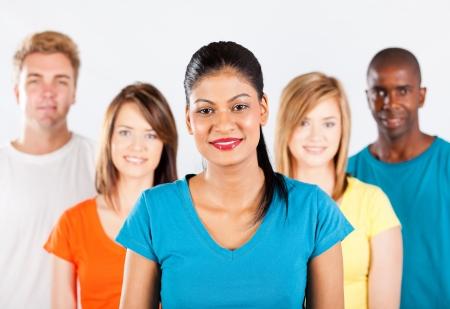 diversidad cultural: grupo de personas multirraciales en el fondo blanco