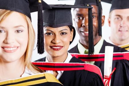 graduacion de universidad: grupo de universitarios graduados multirracial retrato primer plano