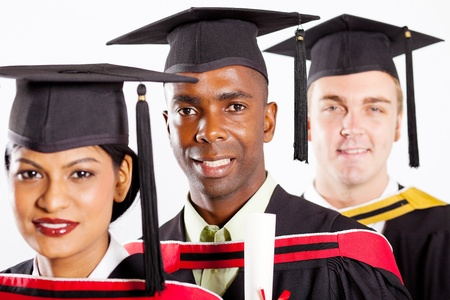 estudiantes universitarios: estudiantes universitarios de graduaci�n multirracial Foto de archivo