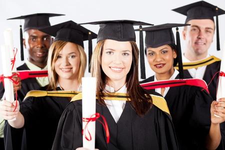 graduacion de universidad: grupo de graduados en el vestido de graduación y la tapa