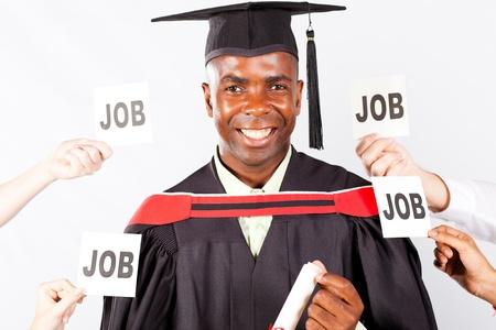 graduacion de universidad: posgrado feliz africana con ofertas de empleo Foto de archivo