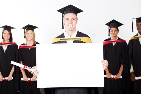 degree: felice laureato maschio tenuta bordo bianco Archivio Fotografico