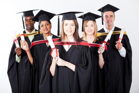 graduacion de universidad: grupo de graduados internacionales sobre fondo blanco